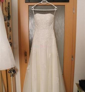 Predam luxusne svadobne saty (kremove) - Dohodou  0a44ec9d874