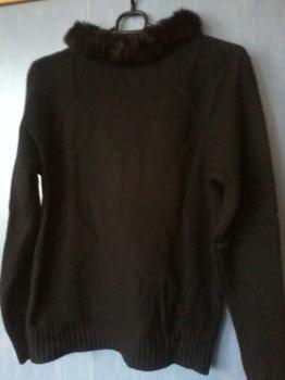 Čierny sveter s kožušinkou
