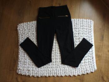 Čierne nohavice so zipsom