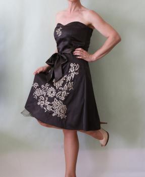 korzetové šaty s výšivkou Vero Moda, S-36